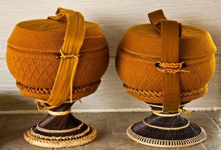 limosna: Cuenco de las limosnas de Monk, con superposici�n de ganchillo Foto de archivo