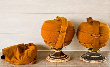 alms: Taz�n de fuente de Monk limosnas con superposici�n de crochet y mochila