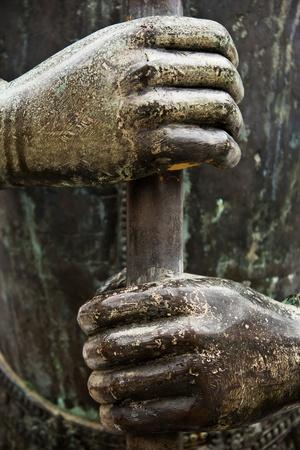 willpower: Due mani strette un'asta metallica ermeticamente, simbolo di potenza, controllo, determinazione, forza, lavoro di squadra, capacit� di recupero o di forza di volont�.