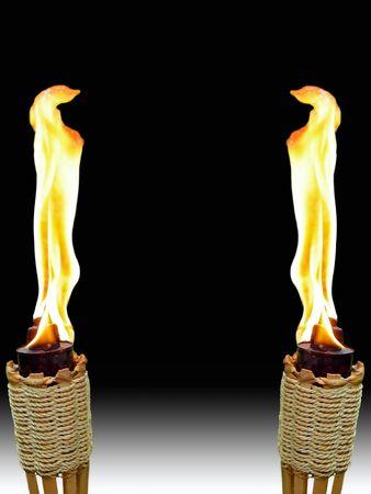 zwei brennende Fackeln Tiki einander gegenüber auf weißem und schwarzem Hintergrund