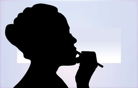 Silhouette di donna applicando la fodera di rossetto con sfondo astratto mirror  Archivio Fotografico - 1908163