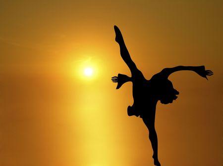 silhouet van de vrouw dansen onder schitterende zonsondergang geel