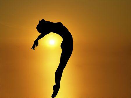 disfrutar: silueta de mujer bailando con brillante puesta de sol de fondo  Foto de archivo