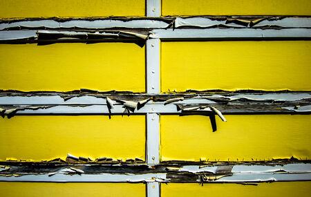 La puerta del garaje se está poniendo viejo Foto de archivo - 27582949