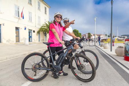 Pärchen met de fiets op vakantie