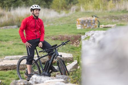 Portait of mountainbiker with modern E-Mountainbike Standard-Bild