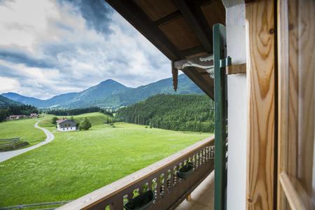 Blick vom Balkon eines alten Bauernhauses in die Berge