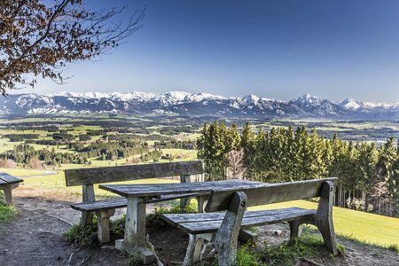 alpen: Bayern, Allgäu, Panorama vom Auerberg mit Kreuz