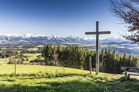 Bayern, Allgäu, Panorama vom Auerberg mit Kreuz