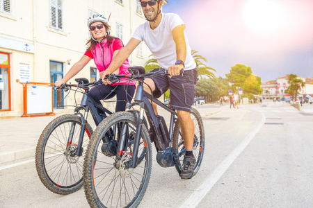 Pärchen mit dem E-Bike im Urlaub im Süden Standard-Bild