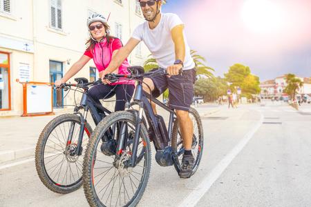 Pärchen mit dem E-Bike im Urlaub im Süden Stock Photo