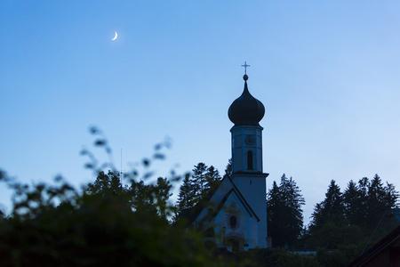 Kirchturm in Oberbayern Standard-Bild