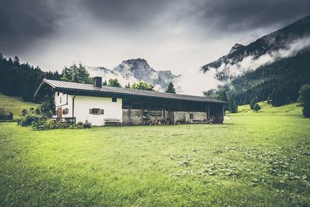 Alte Alm in den Alpen Standard-Bild - 86689006
