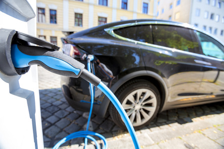 Schließen Sie oben von der Stromversorgung , die in ein elektrisches Auto angeschlossen wird Standard-Bild - 88469869