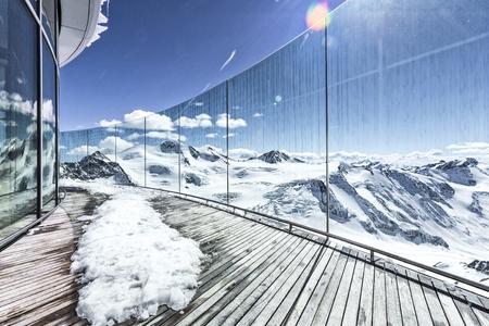 Aussichtsterasse in den Bergen im Winter