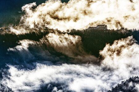 Mystische Morgenstimmung mit Wolken am Schloss Rodenegg im Pustertal, Südtirol Stock Photo - 89359470