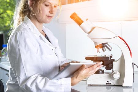mit: Mikroskop mit Tablet PC im Labor