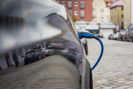 Schließen Sie oben von der Stromversorgung , die in ein elektrisches Auto angeschlossen wird Standard-Bild - 99342012