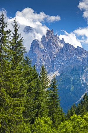 Italien, Südtirol, Hochpustertal, Nationalpark Fanes-Sennes-Prags, Pragser Tal mit Dürrenstein - Picco di Vallandro 2842m