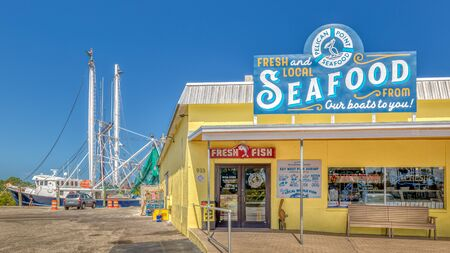 Tarpon Springs, Florida. A small historical waterside town with a history of sponge divers and a greek influence.  Pelican Point Seafood store on the water. Sajtókép