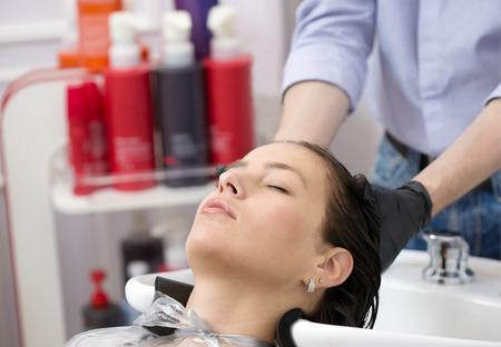 Mooie vrouw wassen van haar in haar studio