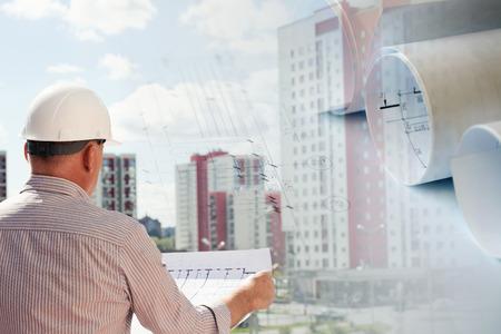 constructor: Collage con los planes de construcción y planos a un ingeniero que examinan
