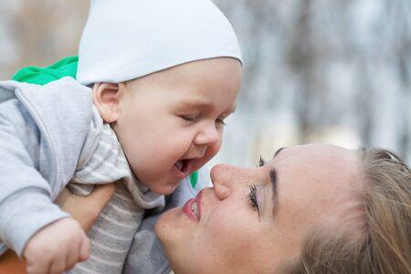 nariz: Una madre abraza a su hijo pequeño y lindo. Kelvin superficial Foto de archivo