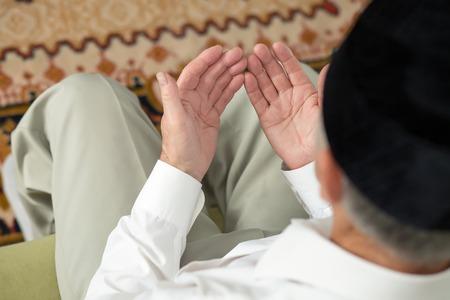 hombre orando: Orar manos de un anciano. Enfoque selectivo Foto de archivo