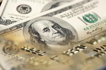 letra de cambio: Collage con billetes de cien dólares y tarjetas de crédito de EE.UU.
