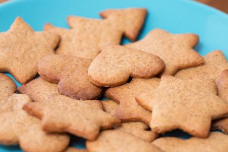 galletas de jengibre: Sabrosas galletas de jengibre hechos en casa en una placa azul