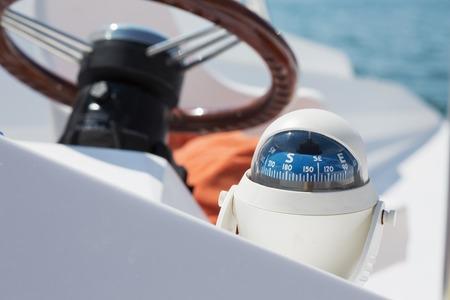 timon barco: Puesto de mando en un barco de vela