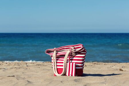 Beach tote on a sandy beach Standard-Bild