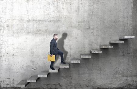Vista lateral de un hombre subiendo los escalones en un muro de hormigón en blanco. Render 3d