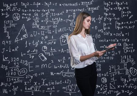 Mooie vrouw die denkt hoe ze een wiskundig probleem moet oplossen