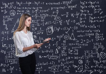 Bella mujer pensando en cómo resolver un problema de matemáticas Foto de archivo