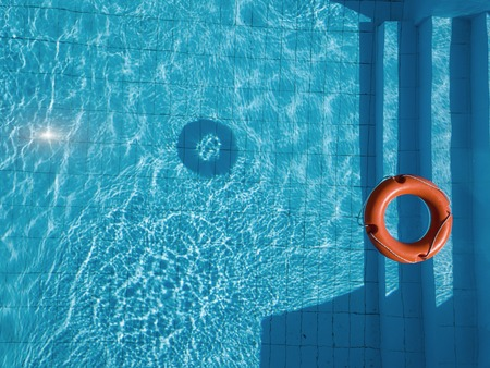 Pomarańczowe koło ratunkowe na basenie latem