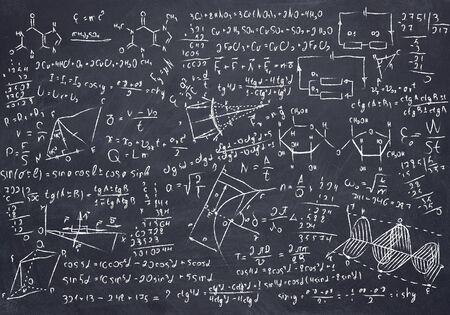 Pizarra negra con dibujos de matemáticas y ciencias Foto de archivo