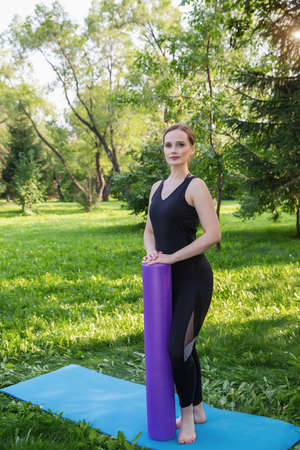 Beautiful woman doing Pilates in the green park Stockfoto
