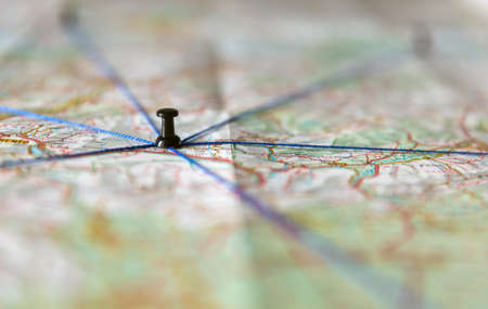 The black pin marks a location on a map with routes Stockfoto