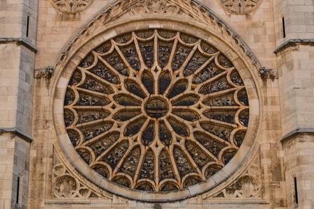 rose window: Vista l'ingresso rosone con le sue vetrate nella cattedrale gotica di Leon, Spagna Archivio Fotografico
