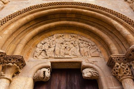Tallado detalle tímpano de la puerta de estilo románico llamada Puerta del Cordero en la Real Colegiata de San Isidoro en el siglo X en León España Foto de archivo - 30524159