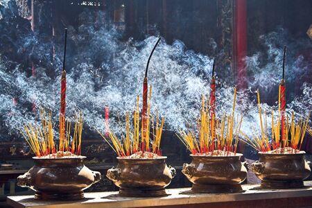 incienso: La quema de incienso en un templo budista  Foto de archivo
