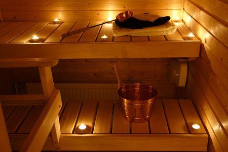 finland�s: Interior de una sauna finlandesa en la luz de una vela  Foto de archivo