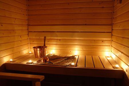finland�s: Interior de una sauna finlandesa a la luz de velas  Foto de archivo
