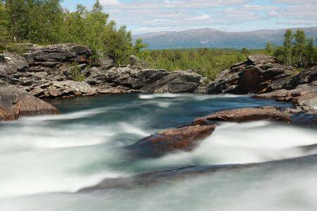 flowing river: R�o que fluye, el Parque Nacional de Abisko en Suecia  Foto de archivo