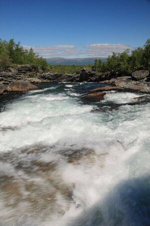 flowing river: R�o que fluye, Abisko Parque Nacional en Suecia