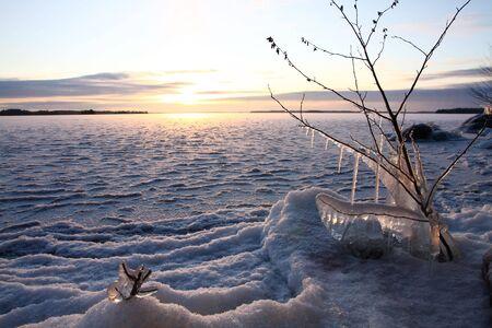 frozen lake: Zonsondergang over bevroren meren in de winter, Finland