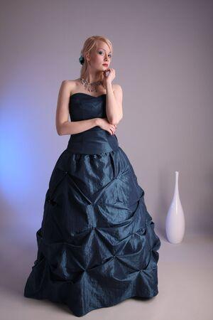 EVENING DRESS: Hermosa mujer joven que llevaba un vestido de fiesta azul