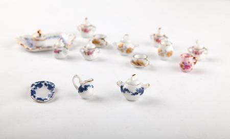puppenhaus: Sammlung von Miniatur-Tee aus einem Puppenhaus gesetzt