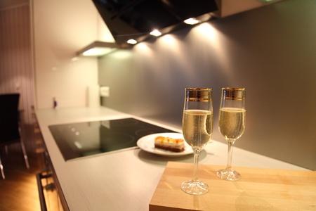 cucina moderna: Bicchieri di champagne in bella cucina moderna Archivio Fotografico